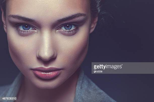 Primer plano, belleza Retrato de una hermosa mujer seguro, a oscuras