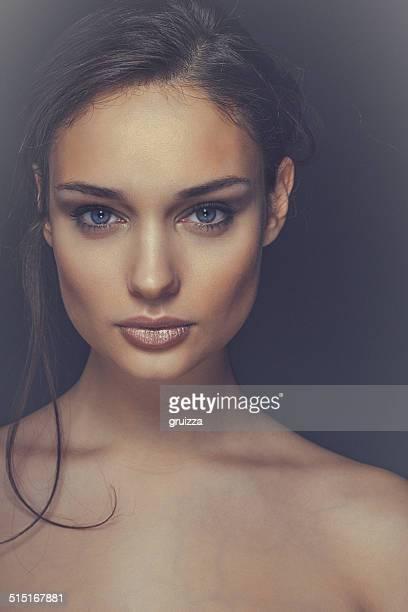 Gros plan beauté portrait d'un souriant, beau brunette femme