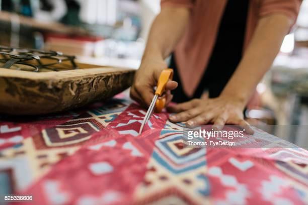 Gros plan artisane découpe tissu coloré à la taille