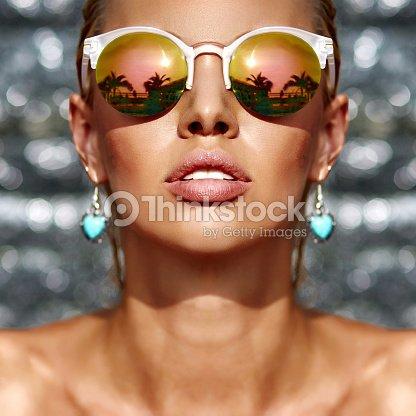 Gros plan portrait de la mode Belle femme portant des lunettes de soleil    Photo 7bf5c0d95b8e