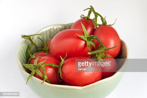 Close-up fresh tomatoes in green bowl : Stockfoto