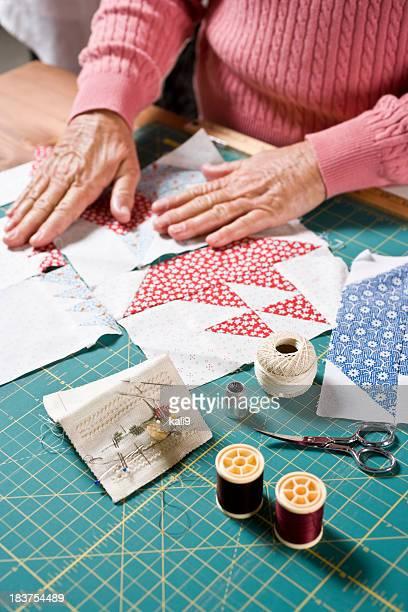 Close-up Hände von senior Frau Nähen Steppdecke