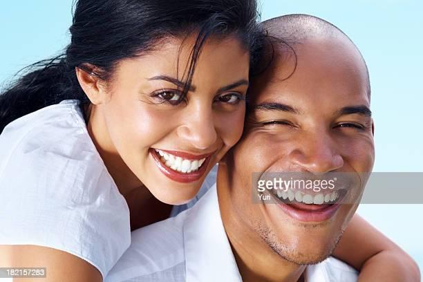 image gros plan d'un heureux Jeune couple romantique