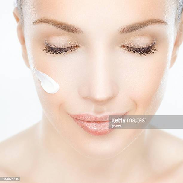 Close-up di una bella donna con crema per il viso