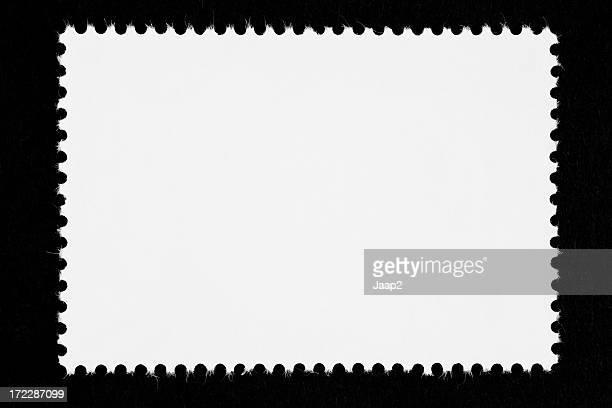 Close-up de um selo branco em branco, isolado no preto