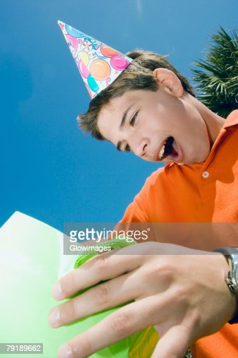 Close-up of a boy holding a gift bag : Foto de stock