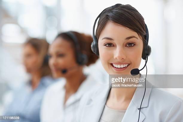 Primer plano de un centro de llamadas empleado con auriculares en lugar de trabajo