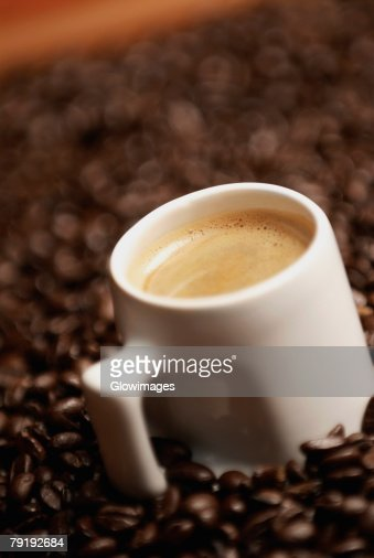 Close-up of a coffee cup with coffee beans : Foto de stock