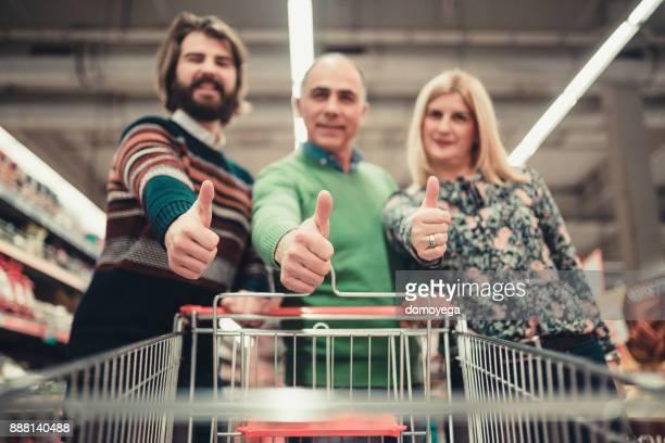Nahaufnahme einer Familie einkaufen im Supermarkt
