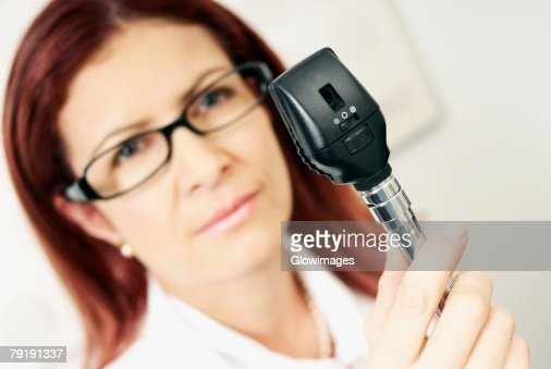 Close-up of a female optometrist holding an eye test equipment : Foto de stock
