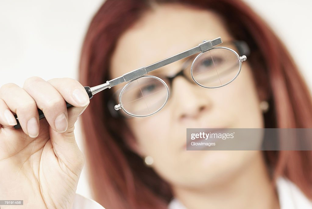 Close-up of a female optometrist holding an eye test equipment : Foto de stock