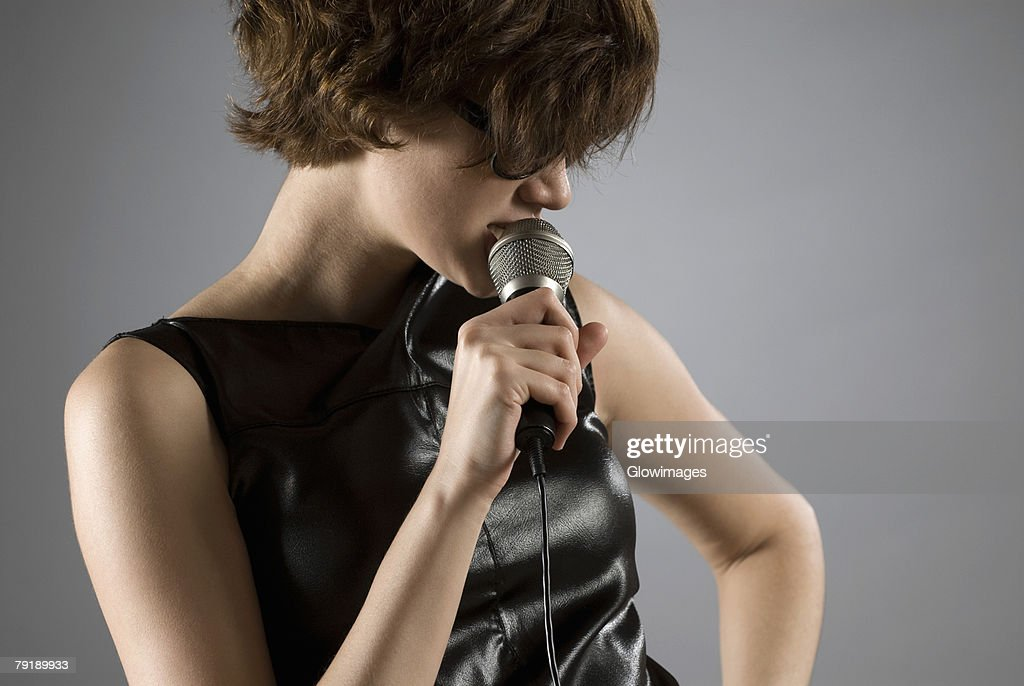 Close-up of a female singer singing : Foto de stock