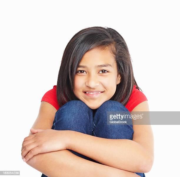 Plano aproximado de uma menina criança Agarrar os joelhos isolado