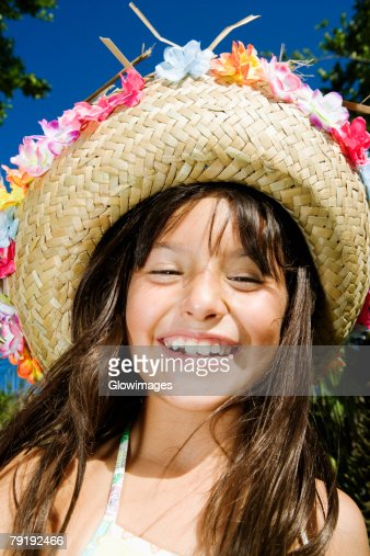 Close-up of a girl wearing a straw hat and smiling : Foto de stock