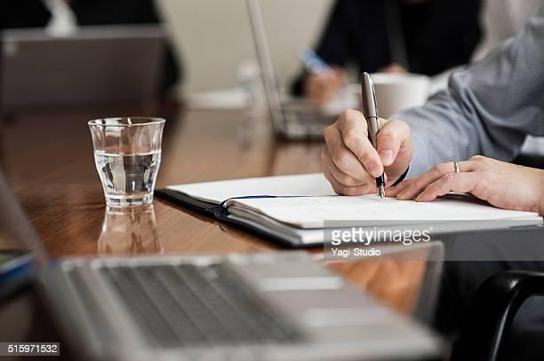 Nahaufnahme der Hände Schreiben auf dem Notebook