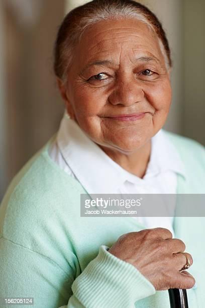 Gros plan d'une vieille femme heureuse