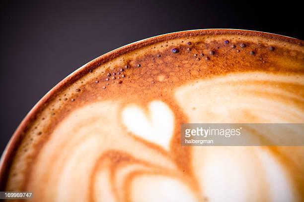 Nahaufnahme eines Herz im Cafe Latte