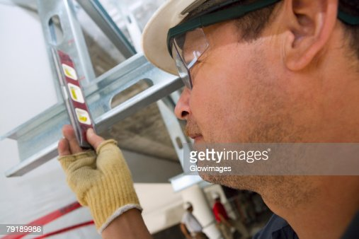 Close-up of a male construction worker using a spirit level : Foto de stock