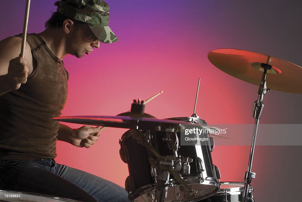 Close-up of a male drummer playing drums : Foto de stock