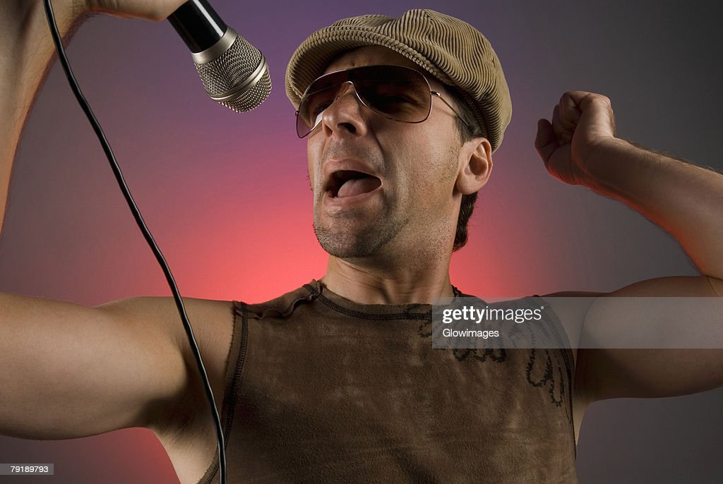 Close-up of a male singer singing : Foto de stock