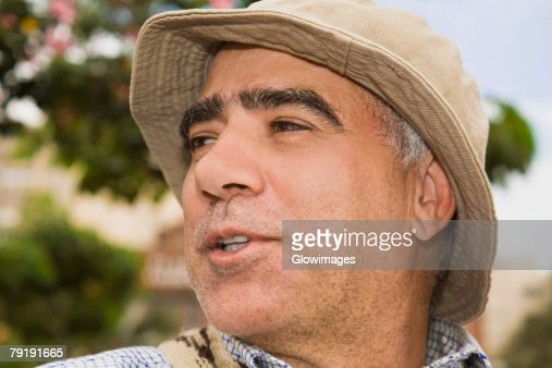 Close-up of a mature man looking away and smiling : Foto de stock