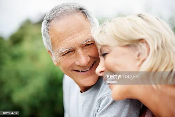 """Gros plan d'une femme d'âge mûr reposant sur son mari """"épaule"""