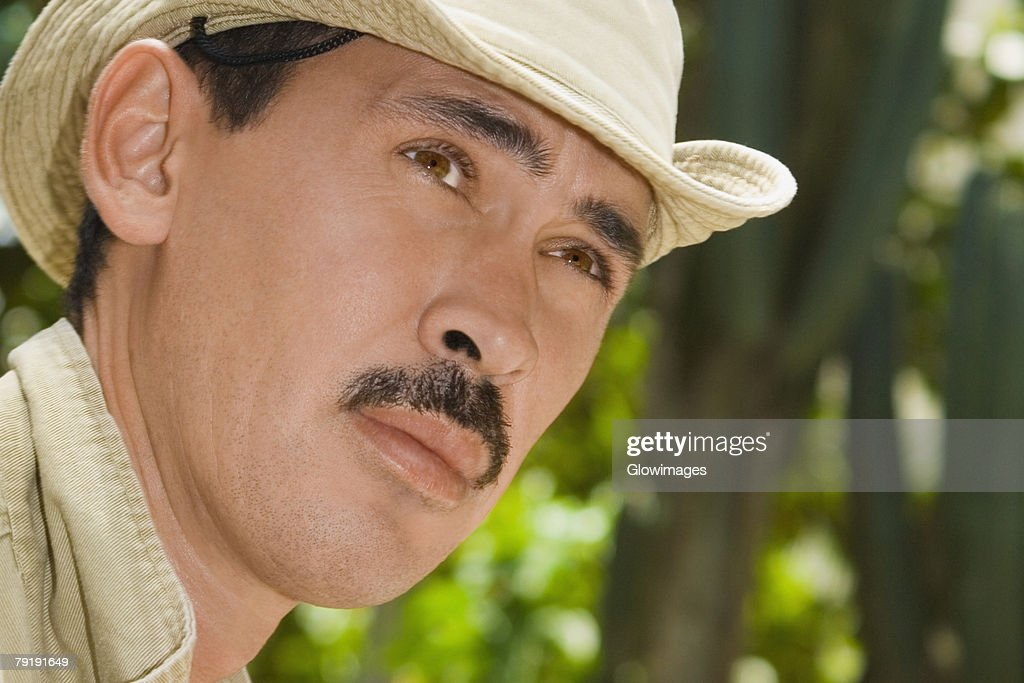 Close-up of a mid adult man looking away : Foto de stock