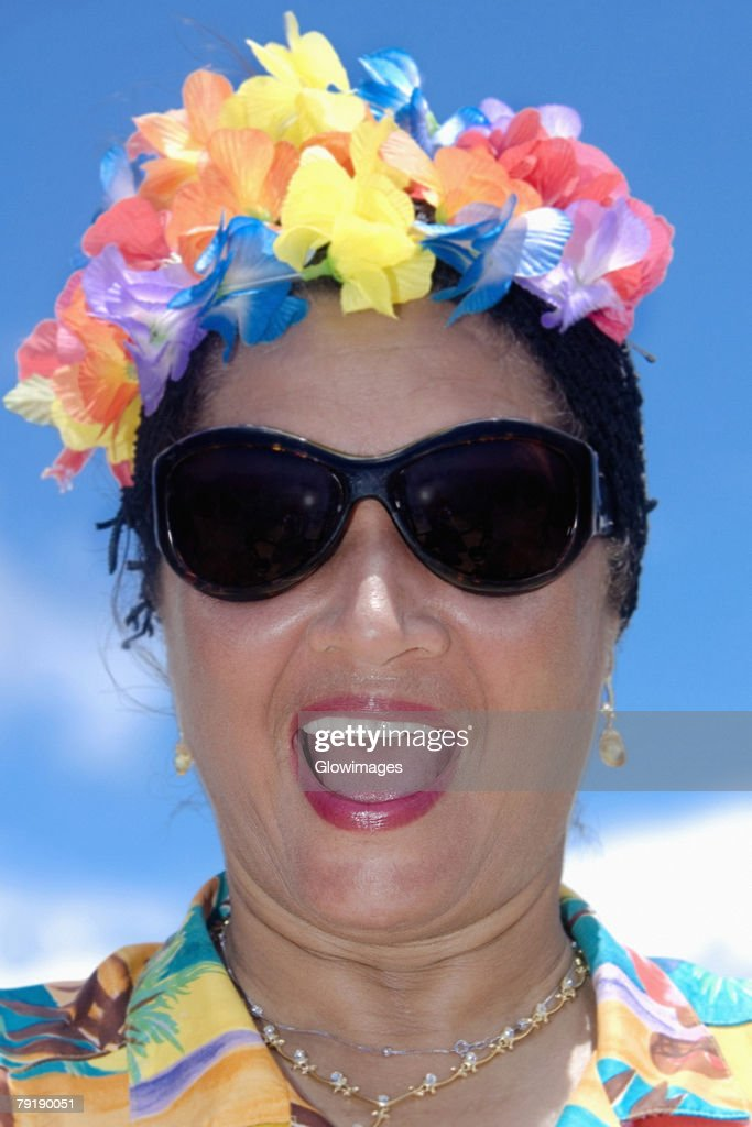 Close-up of a mid adult woman wearing flowers and shouting : Foto de stock
