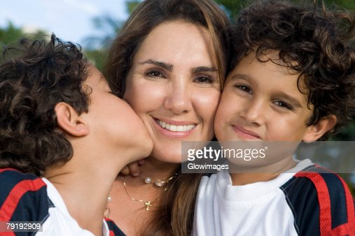 Close-up of a mid adult woman with her two sons : Foto de stock