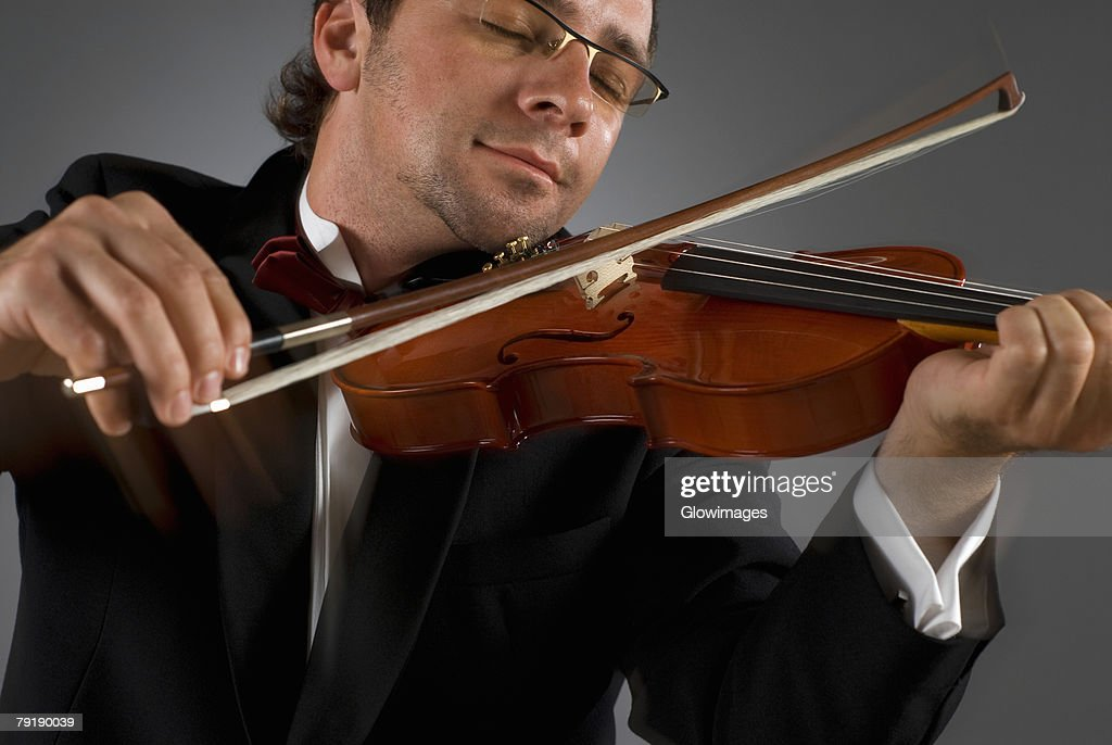 Close-up of a musician playing a violin : Foto de stock