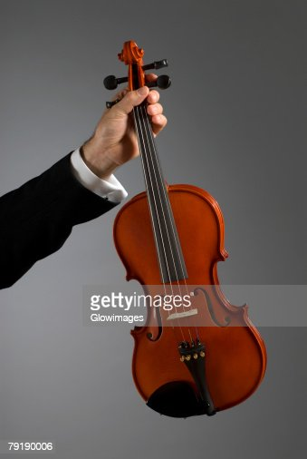 Close-up of a musician's hand holding a violin : Foto de stock
