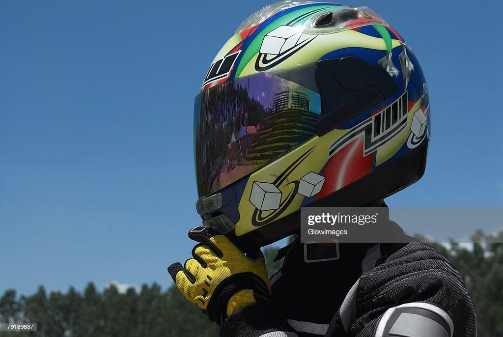 Close-up of a person adjusting his crash helmet : Foto de stock