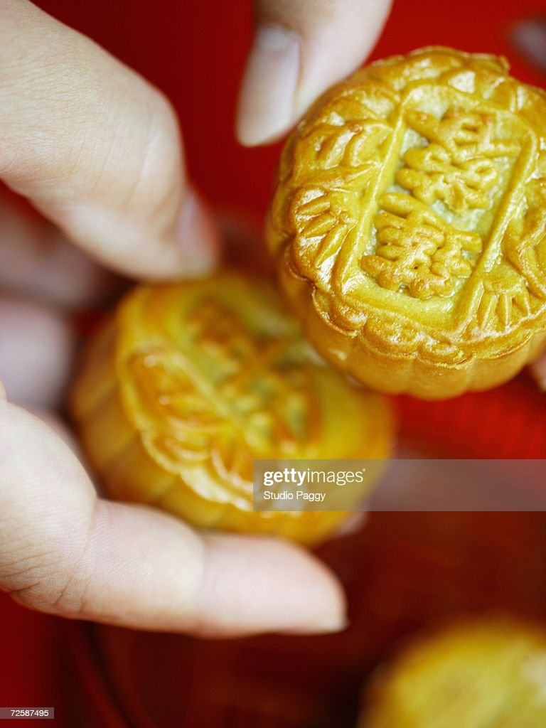 Close-up of a person's hand holding a moon cake : Stock Photo