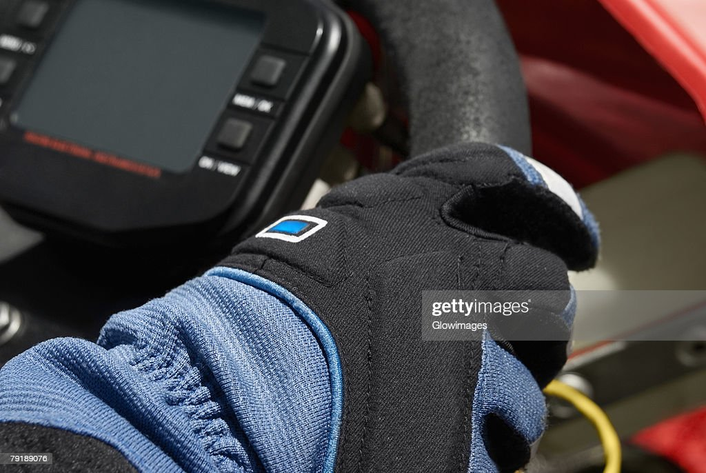 Close-up of a person's hand on the steering wheel of a go-cart : Foto de stock