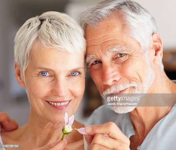 Nahaufnahme der ein altes Paar holding Blütenblätter