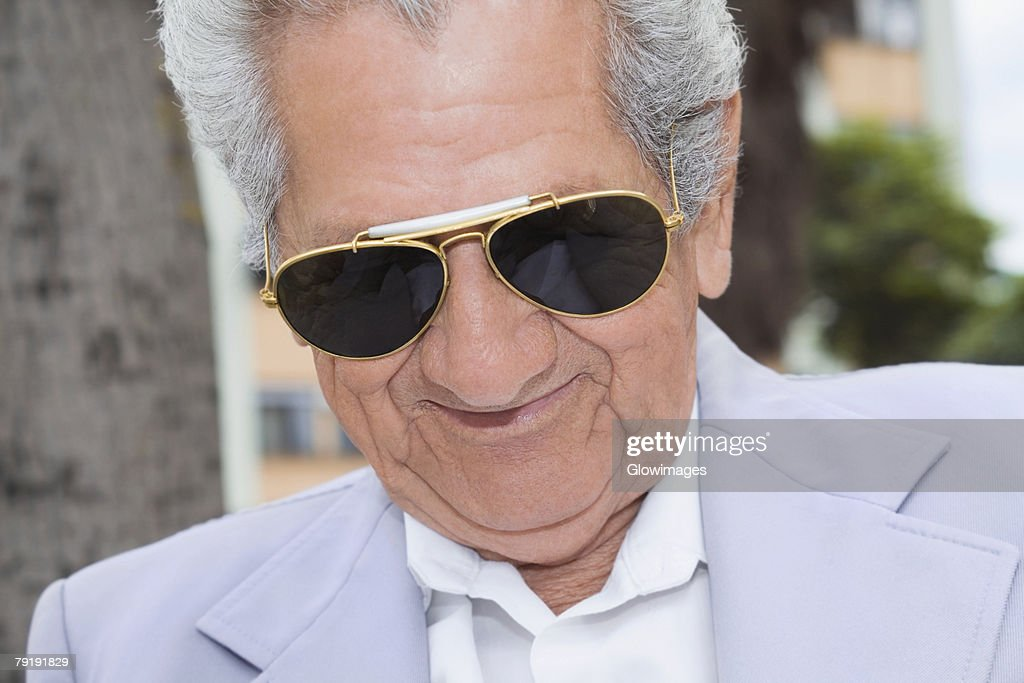 Close-up of a senior man wearing sunglasses and smiling : Foto de stock