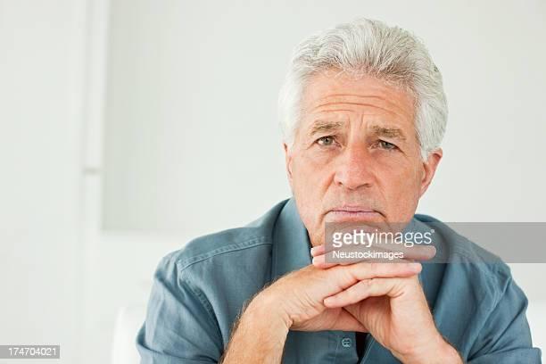 Gros plan d'un homme senior inquiets.