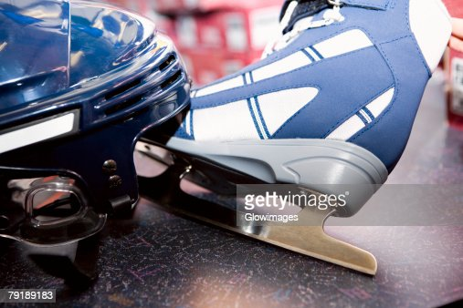 Close-up of a sports helmet with an ice-skate : Foto de stock