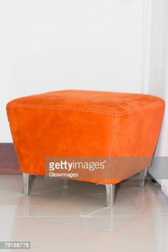 Close-up of a stool in a corner : Foto de stock