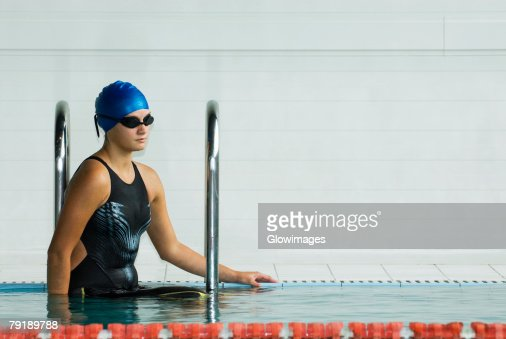 Close-up of a teenage girl standing in a swimming pool : Foto de stock