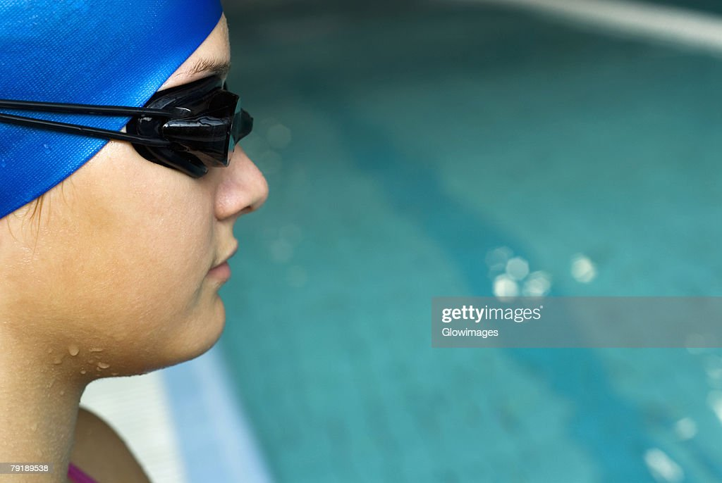 Close-up of a teenage girl wearing a swimming cap and swimming goggles : Foto de stock