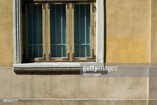 Close-up of a window on a wall : Foto de stock