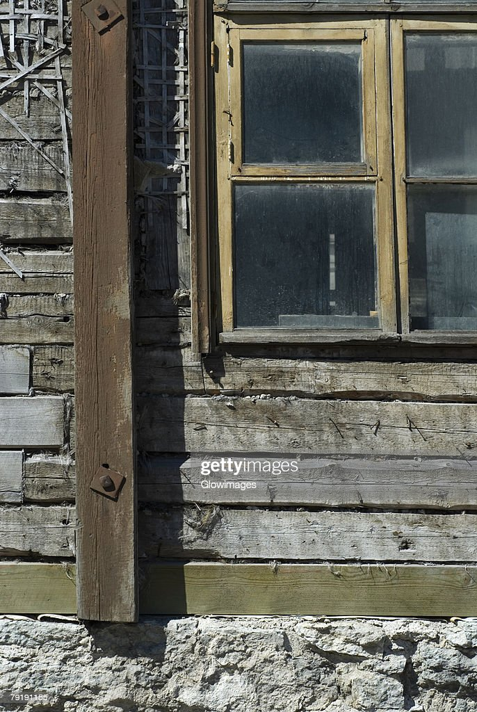 Close-up of a window on a wooden wall : Foto de stock