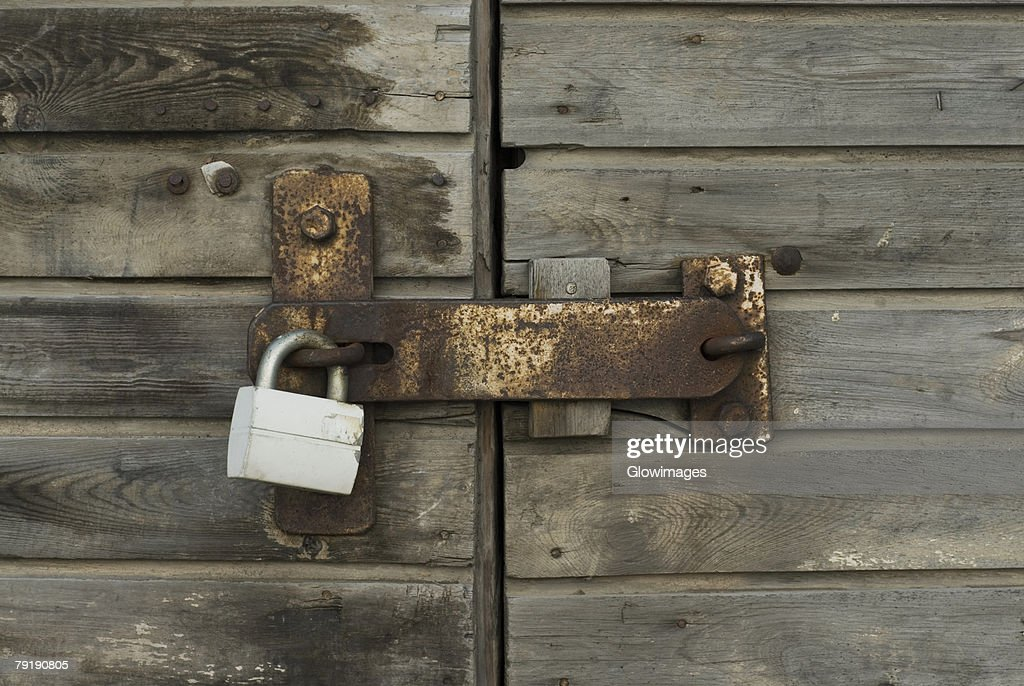 Close-up of a wooden door with a padlock : Foto de stock