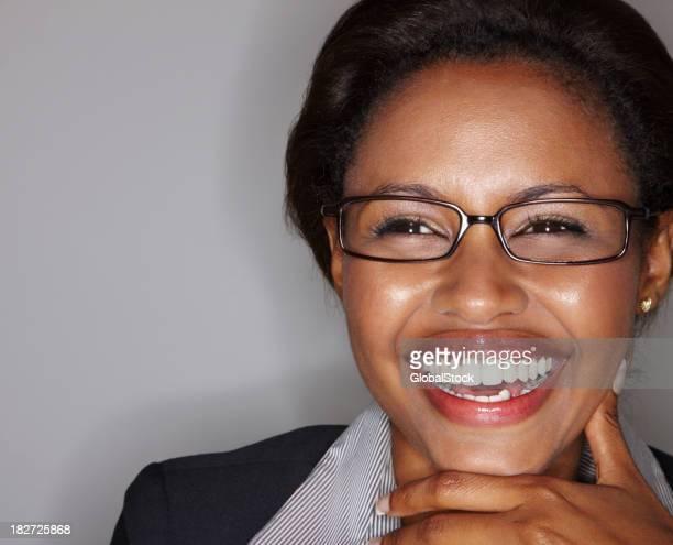 Nahaufnahme einer jungen business-Frau Lachen gegen Grau