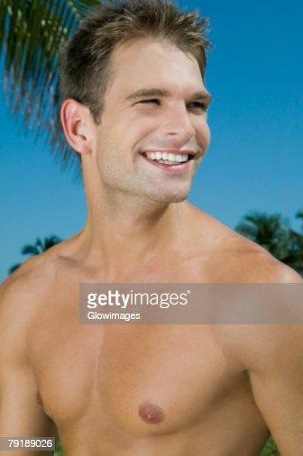Close-up of a young man smiling : Foto de stock