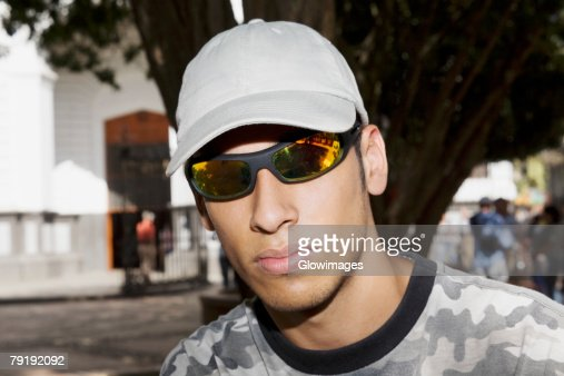 Close-up of a young man wearing sunglasses : Foto de stock