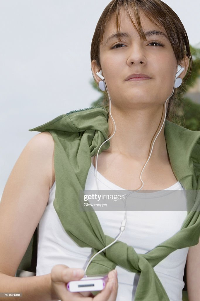 Close-up of a young woman listening to music : Foto de stock