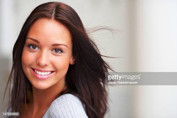 Gros plan d'une jeune femme souriant