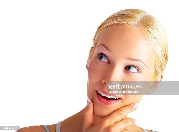 Close-up di una giovane donna pensiero